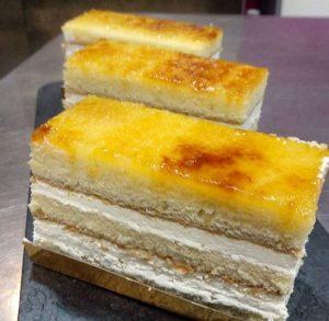 Sant Marc fet amb planxes de pa de pessic, nata i gema cremada